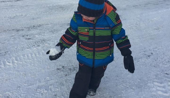 Jouer-avec-la-neige-slowandcute